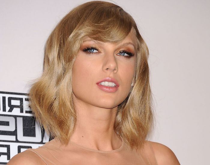 dunkelblonde Haare - Taylor Swift langes Bob Frisur ein beiges Kleid, rosa Lippenstift