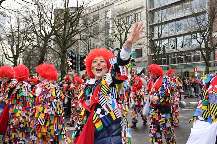 beste urlaubsziele in februar köln kölner karneval deutschland clowns au de cologne festival blumen farben festliche stimmung menschen mit kostümen