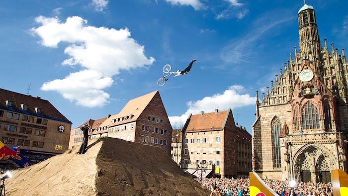die schönsten urlaubsziele mit interessanten aktivitäten fahrrad show im zentrum von nürnberg deutschland extreme sportarten