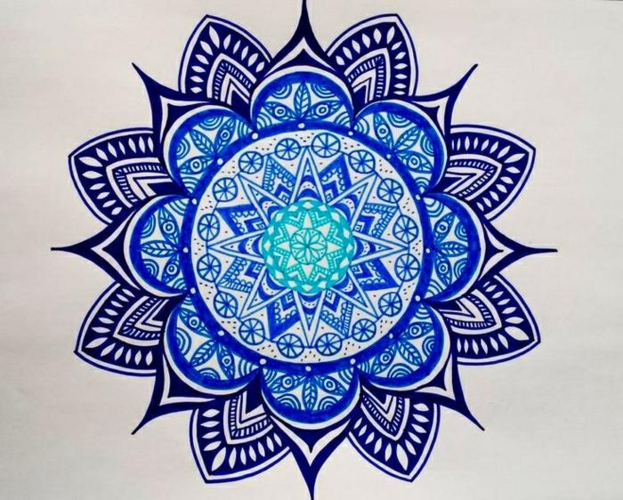 Muster für Tattoo mit Mandala in blauen und grünen Farben, Mandala mit vielen Ornamenten in Indigoblau, Kaiserblau und Türkisgrün