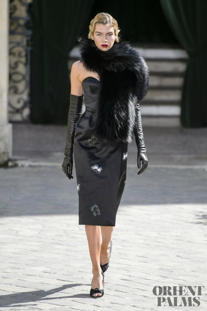 Schwarzes Cocktailkleid, lange Handschuhe aus Leder und Pelzkragen, elegantes Outfit