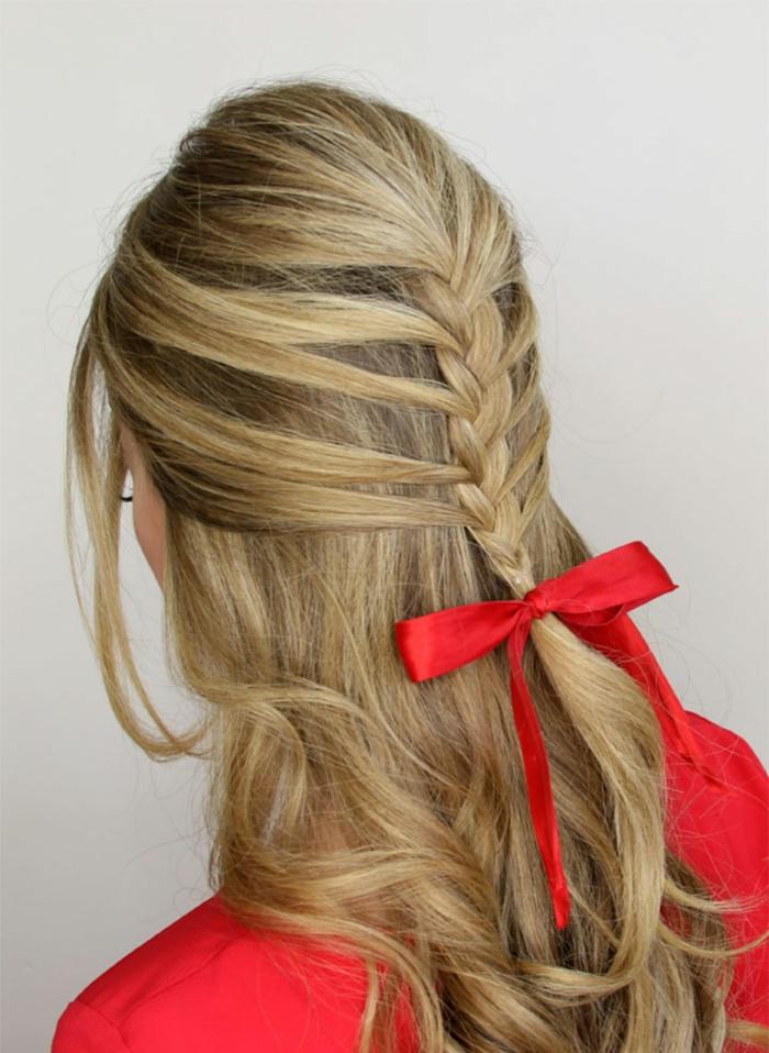 Wunderschöne Flechtfrisur mit rotem Haarband, fertig in zehn Minuten, für lange Haare