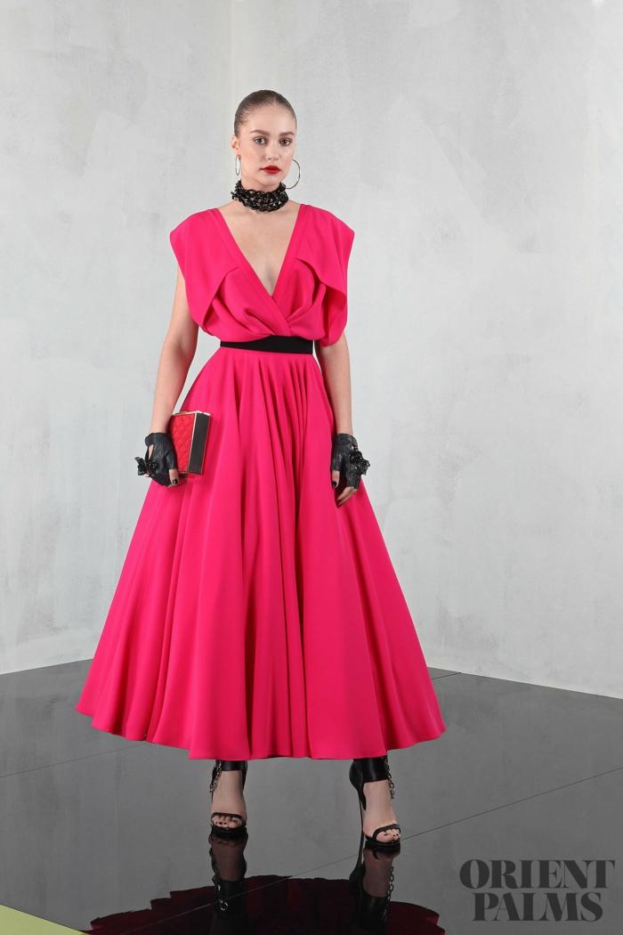 Elegantes A-Linien Kleid mit V-Ausschnitt in Pink, Schwarze Handschuhe ,Gürtel und Kette, auffälliger Look