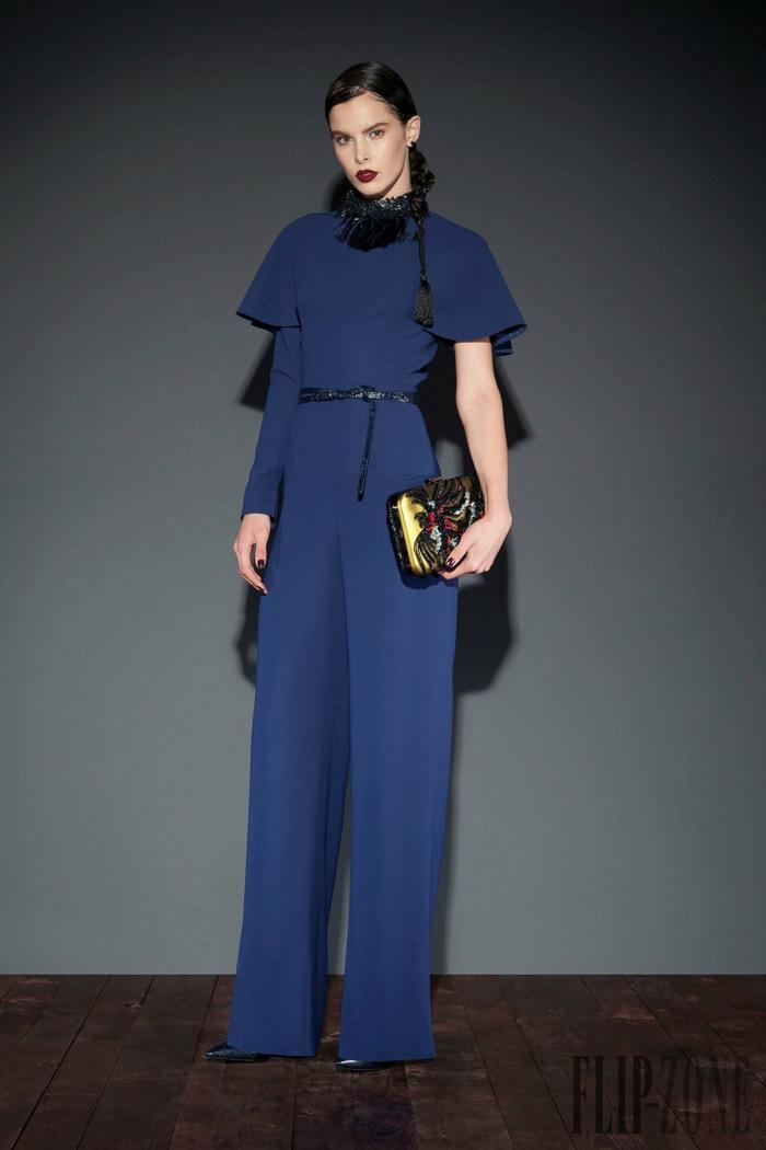 Elegantes dunkelblaues Outfit mit kurzen Ärmeln, schwarzer Ledergürtel, bunte Clutch, Idee für Silvester Outfit