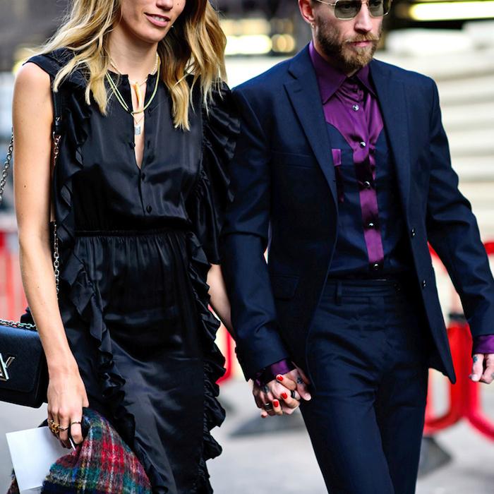 party outfit männer blauer anzug mit lila hemd kombinieren idee mann und seine frau mit schwarzem kleid