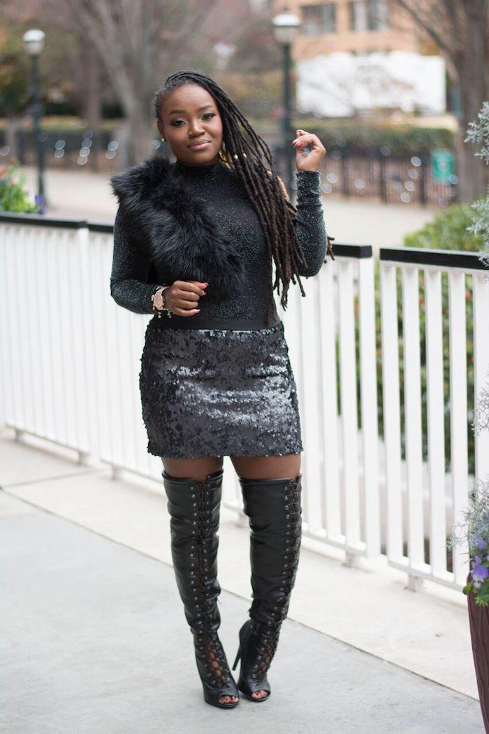 silvester look idee flauschige deko an der bluse und kurzer rock mit glitzernden elementen hohe stiefel mit absätzen