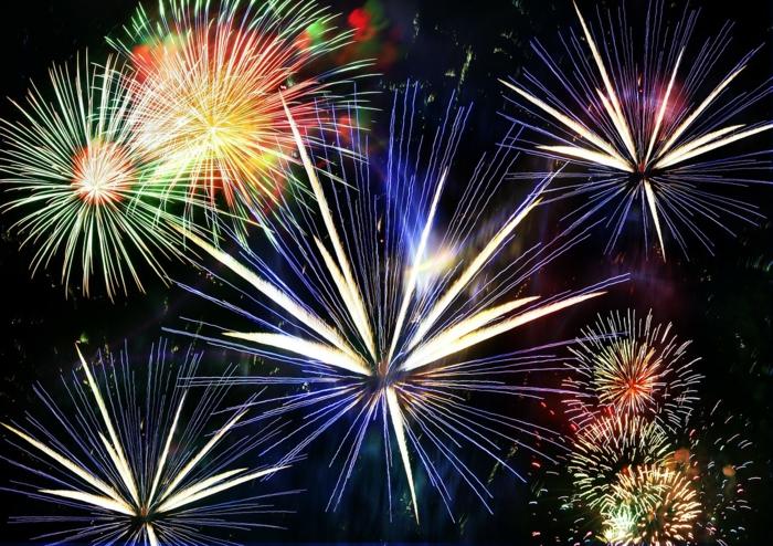 ein Bild von vielen Silvester-Feuerwerken in vielen ganz verschiedenen Farben