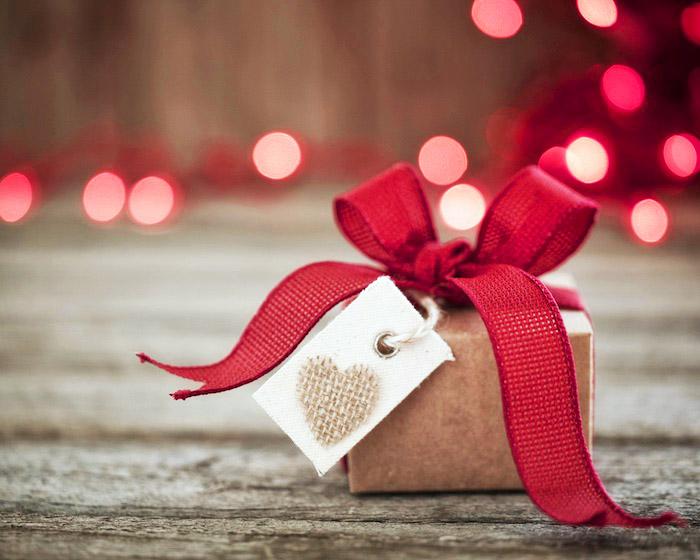 spartipps für weihnachten, weihanchtgeschenke kaufen, geld sparen, geschenk mit roter schleife