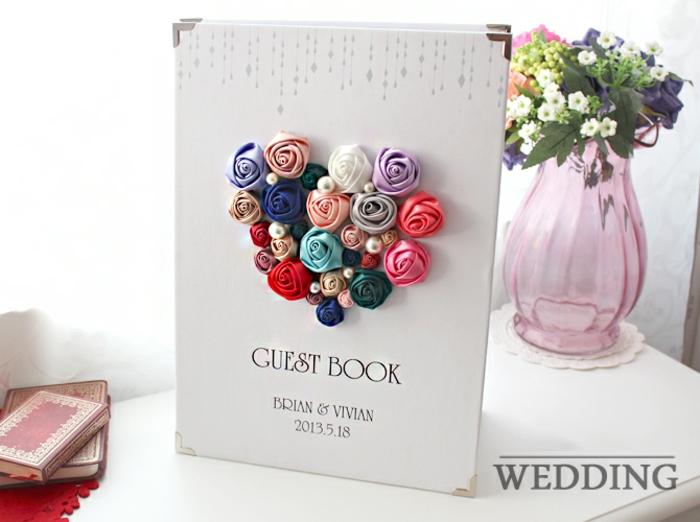 Gästebuch mit wunderschöner Applikation, Herz aus kleinen bunten Rosen, etwas aufschreiben oder zeichnen
