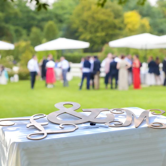 Riesige Buchstaben statt klassischen Gästebuches, mit Permanent-Marker einen Glückwunsch oder Hochzeitsspruch aufschreiben