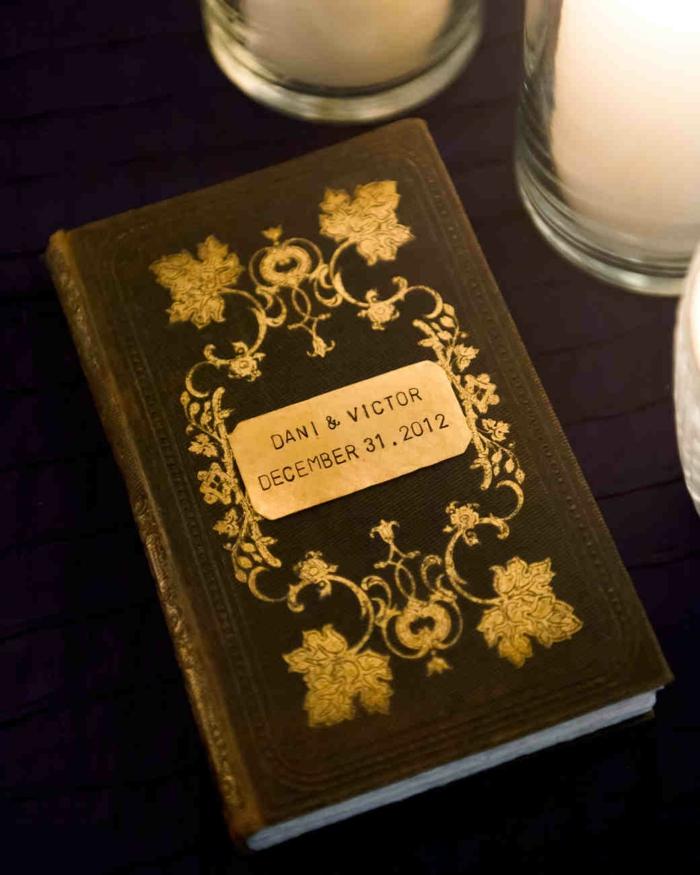 Hochzeitsgästebuch mit antikem Look, goldene Verzierungen, etwas Romantisches aufschreiben