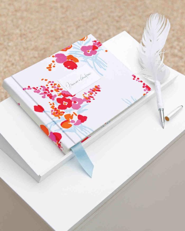 Schöne Idee für Hochzeitsgästebuch, Bucheinband mit Blumen verziert, weiße Feder