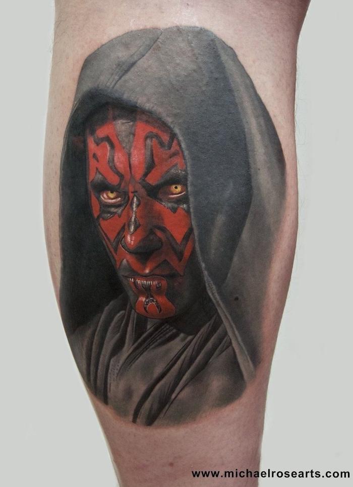 ein bein mit einem großen roten star wars tattoo mit einem roten star wars monster mit großen gelben augen