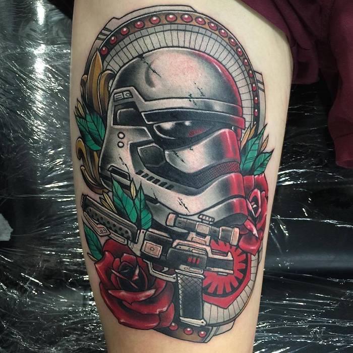 eine hand mit einem großen farbigen star wars tattoo mit einem weißen klone und roten rosen mit grünen blättern