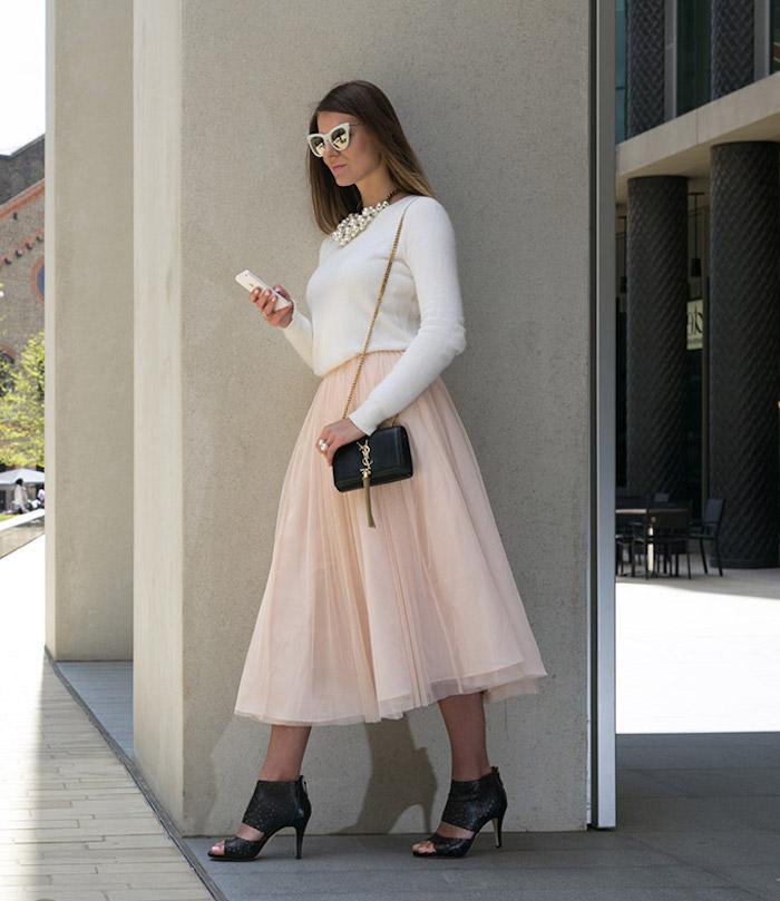 boho kleid elegante frau schöne kombination kontrast schwarz weiß rosa ysl bag tasche schuhe schwarz weiße bluse rosa rock weiße retro brille