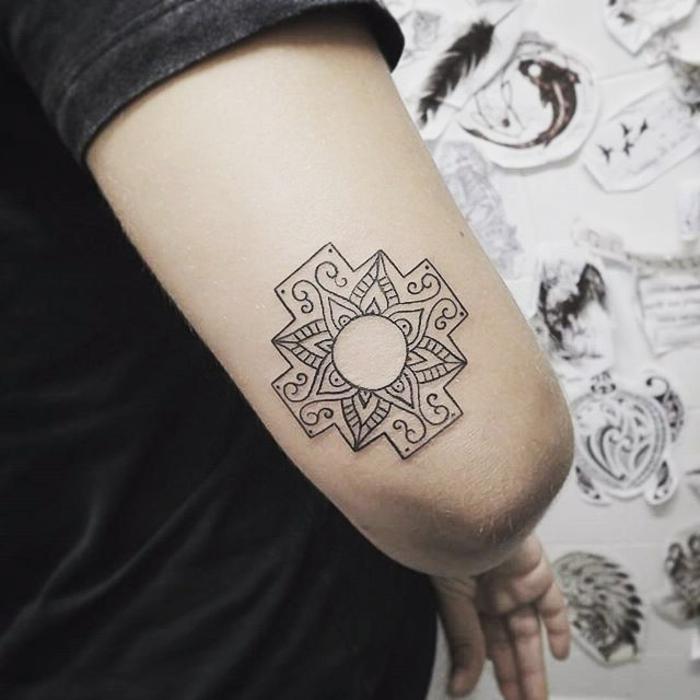 winziger Tattoo mit Mandala mit viereckiger Form und einfachem purem Design über dem Ellenbogen, viele Tattoomuster von Meerestieren wie Schildkröten und Haie