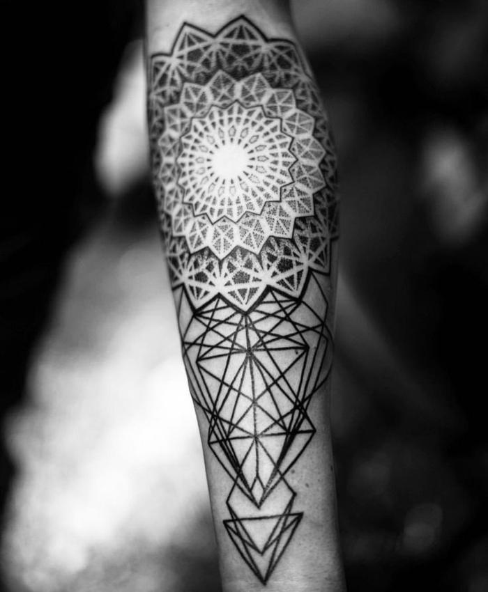 Armtattoo mit einfachen Linien und vielen Triangeln, runde Tätowierung mit vielen geometrischen Figuren wie Rhomben, Triangeln und Mehrecken