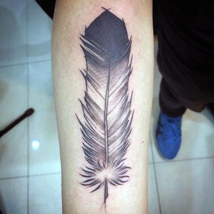 tattoo feder bedeutung, tätowierung in schwarz und grau, männer tattoos