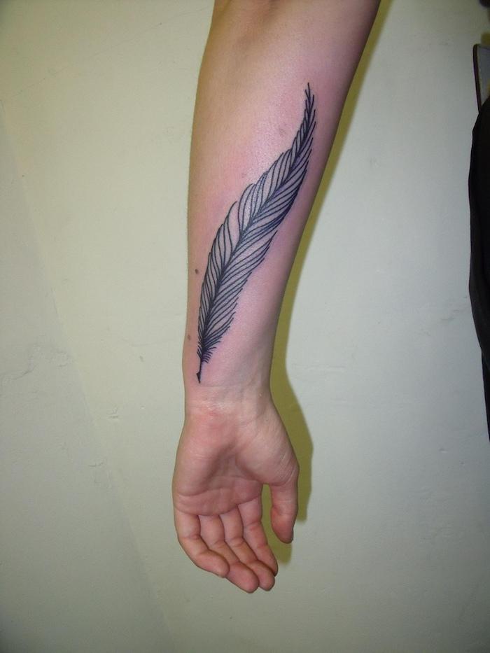 feder tattoos, schwarz-graue tätowierung am unterarm, tattoos für männer