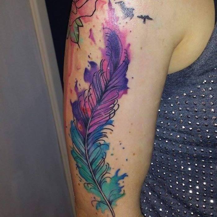 federn tattoo, frau mit großer farbiger tätowierung