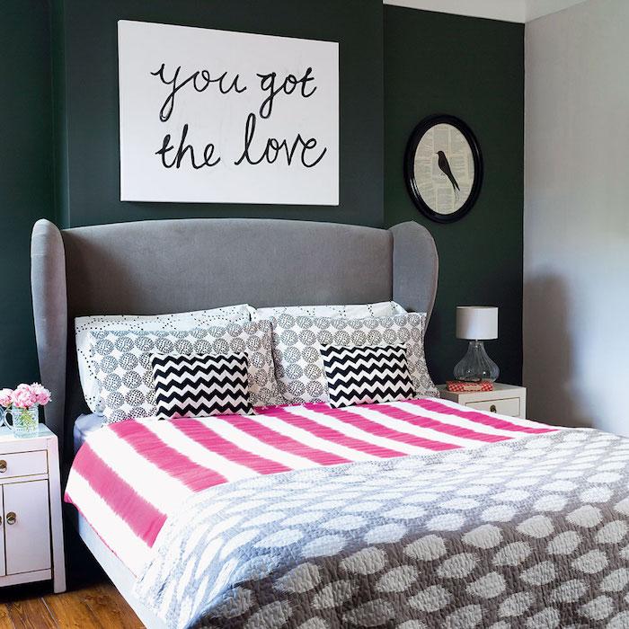 jugendzimmer weiß als deko ideen an der wand aufschrift wanduhr doppelbett rosa weiß schwarz weiß grau frische blumen rosa