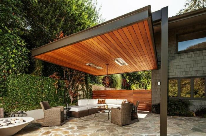 Terrassenüberdachung mit integrierter LED-Beleuchtung, Flechtmöbel mit weißen Kissen