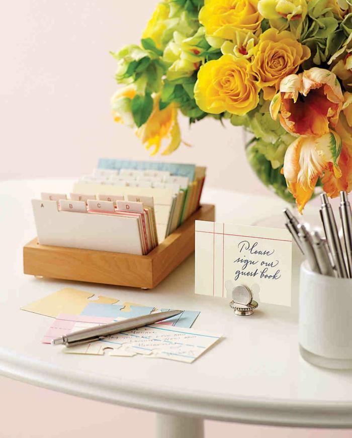Kreative und praktische Idee für Hochzeitsgästebuch, alphabetisch geordnet, gelber Blumenstrauss