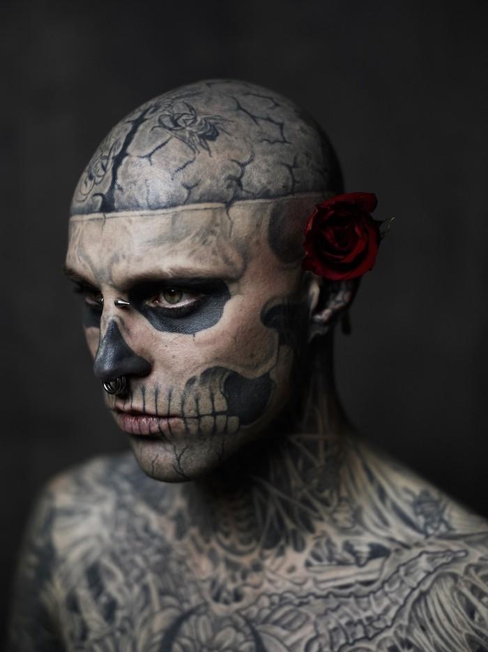 ein mann mit einer roten rose und einem großen tattoo mit einem totenkopf mit weißen zähnen