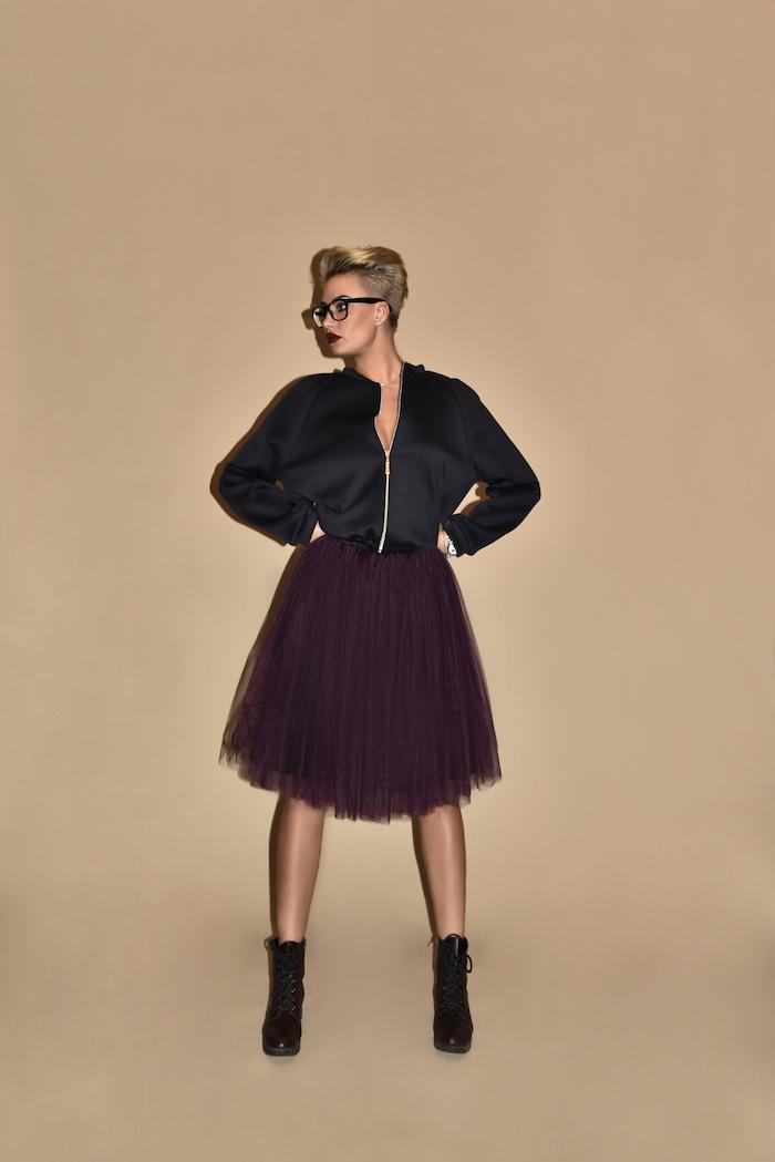 boho kleid oder rock drama look dunkelschwarzer rock schwarze jacke stiefel blonde haare brille