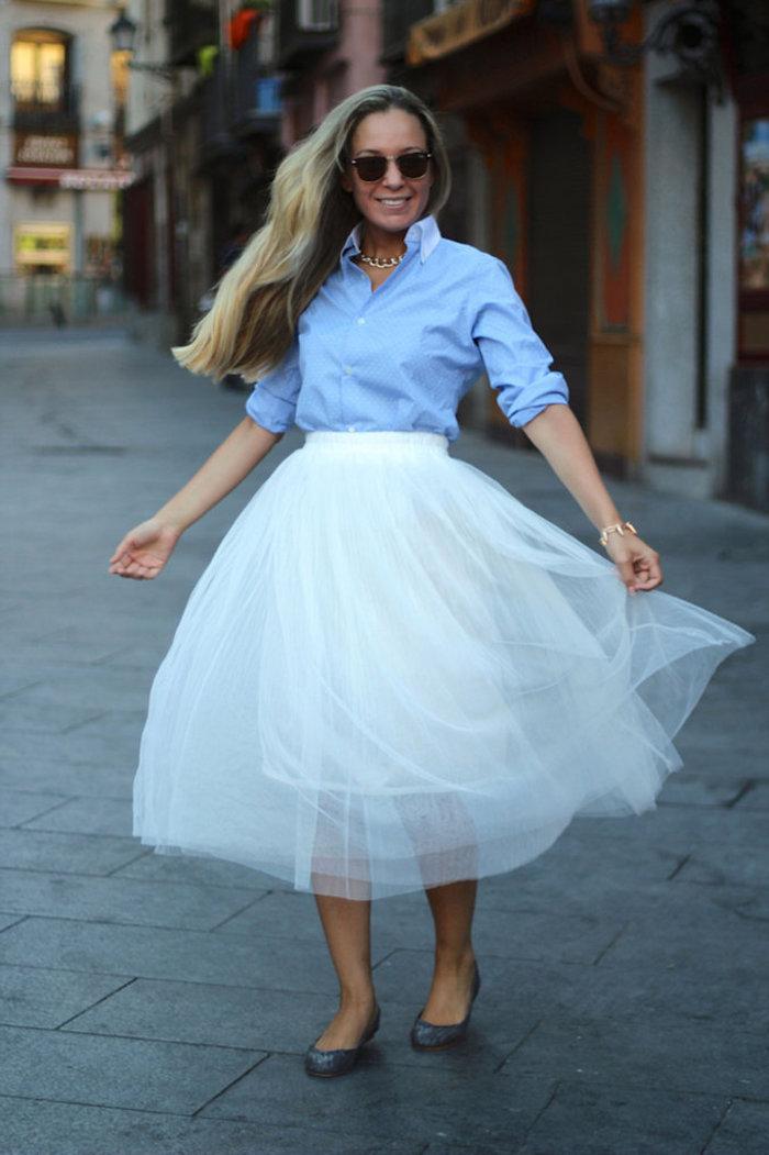 ballett trikot in dem business look einfügen schöne idee feminin dame ballerinas schuhe blaues hemd schöne frau mit langen blonden haaren