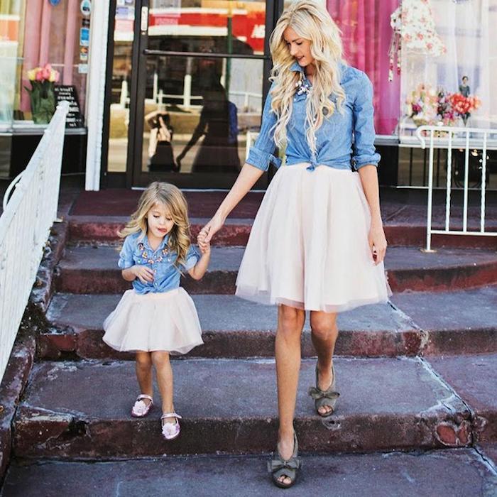 style damen in jedem alter mama und tochter machen eine fotosession zusammen gleiches outfit