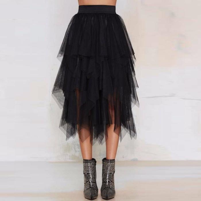 boho look mit einem schwarzen tüllrock und ausgefallene stiefel in silberner farbe mit stempeln