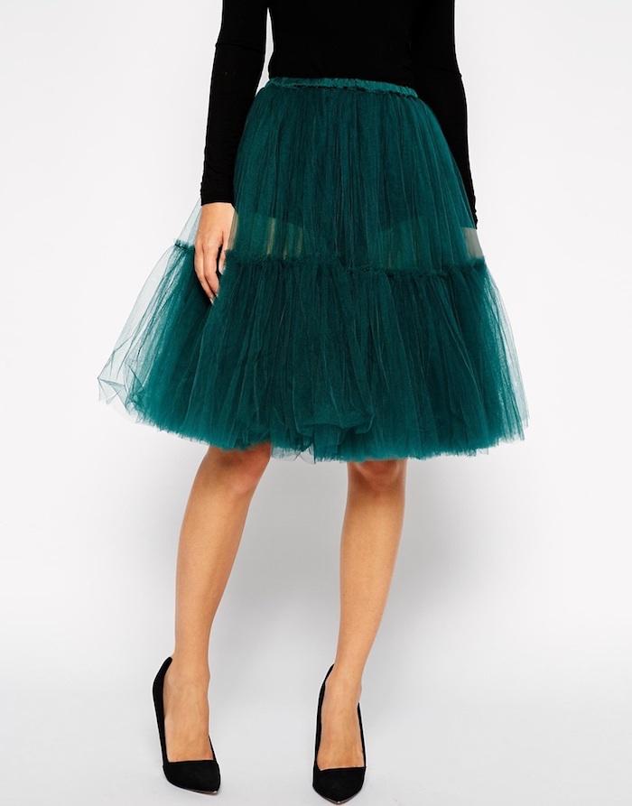 boho stil idee zum festlichen look zu weihnachten grüner rock und schwarze bluse mit schwarzen eleganten schuhen