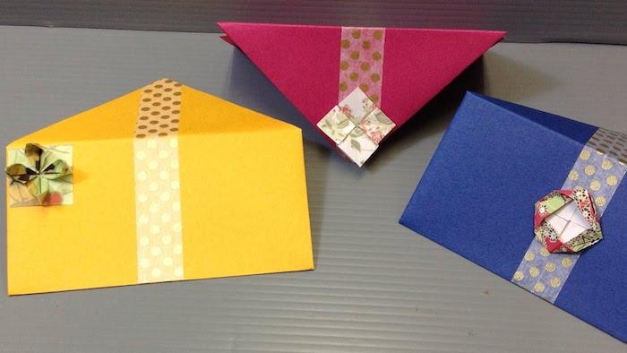 drei Briefumschläge in drei Farbe mit kleinen Verzierungen aus Origami Figuren - Briefumschlag selber machen