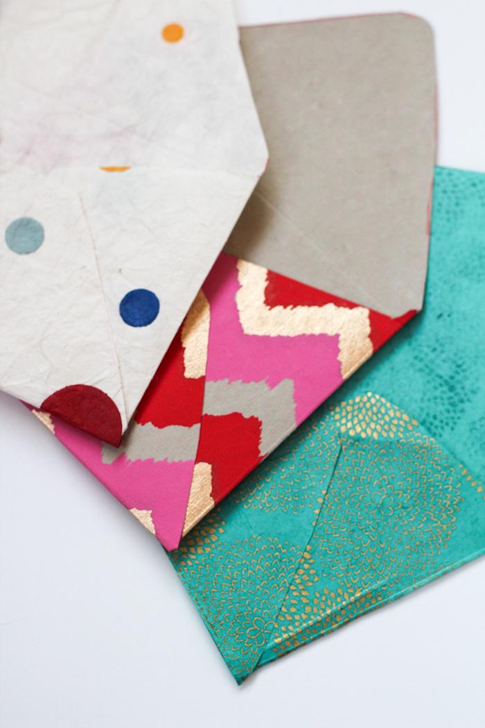 drei Briefumschläge - drei Umschläge in drei verschiedene Farben mit goldenen Motiven