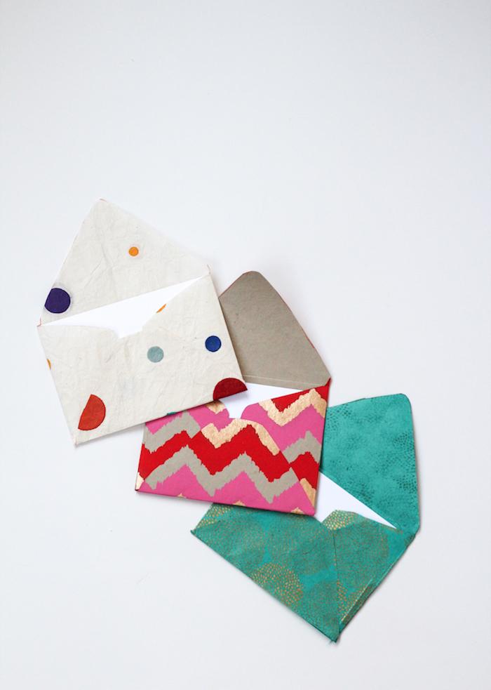 drei Briefumschläge voller weiße Karten zu Weihnachten - Briefumschlag selber machen