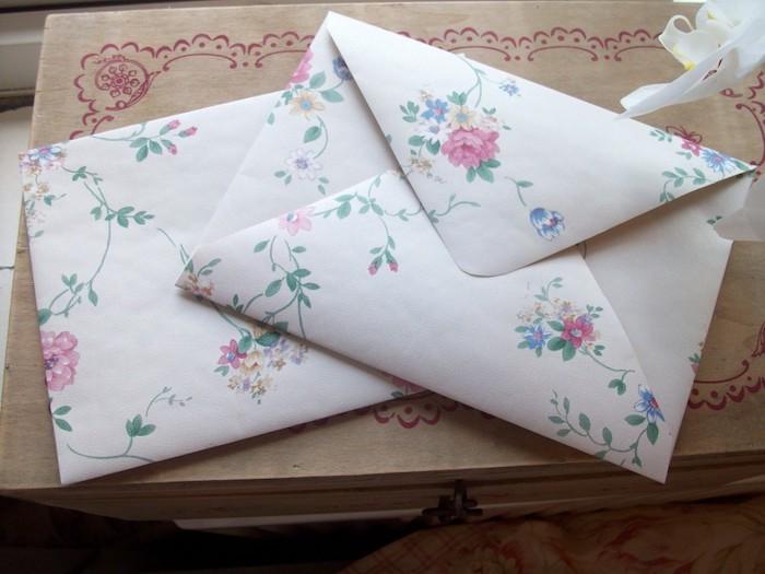 Briefumschlag basteln - zwei weiße Briefumschläge mit Verzierung von Blumen