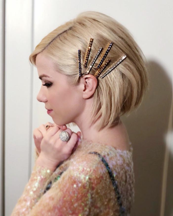 unkomplizierte frisuren mittellang frisur 2020 frau schulterlange haare frau blonde haare glatt mit haarklammern auf einer seite