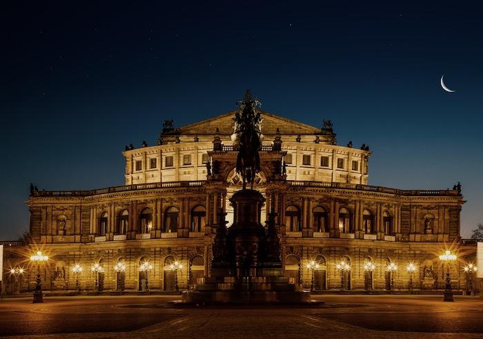 schöne urlaubsziele in deutschland kultur und kunst zentrum stadt dresden ideen am abend beleuchtung