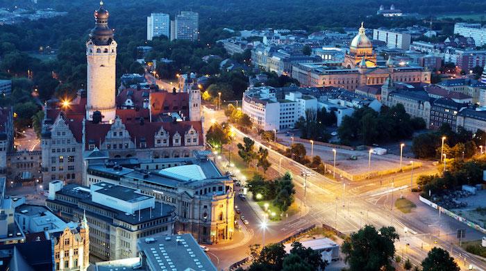 urlaubsziele europa das stadtzentrum von leipzig schönes bild von oben beleuchtung am abend lichter