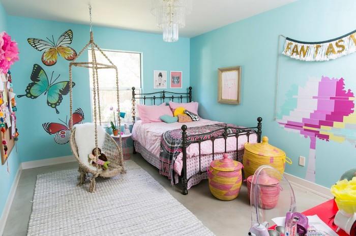 coole möbel in einem fantasievollen zimmer märchenhaftes zimmerdesign idee blaue wände mit schmetterlingen darauf schöne wanddeko ideen
