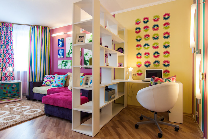 jugendzimmer möbel ideen schreibtisch auf der einen seite, dann raumteiler regal und die schlaff und erholungsecke auf der anderen seite coole ideen