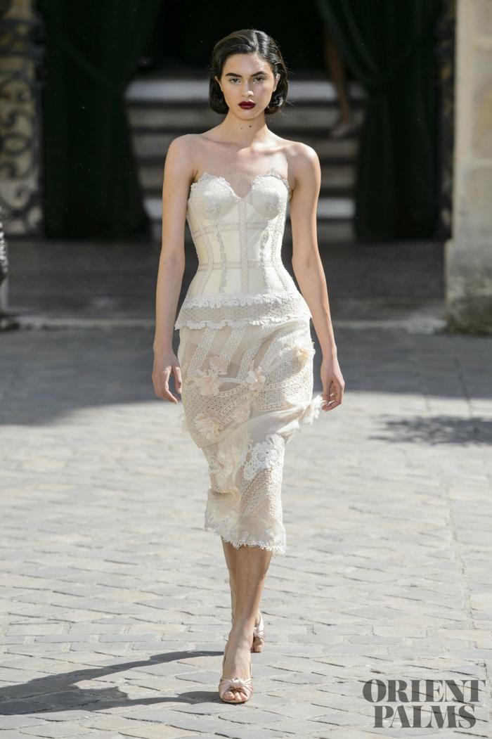 Weißes Cockteilkleid mit Spitzenelementen, trägerloses Kleid, weiße High Heels, elegantes Outfit