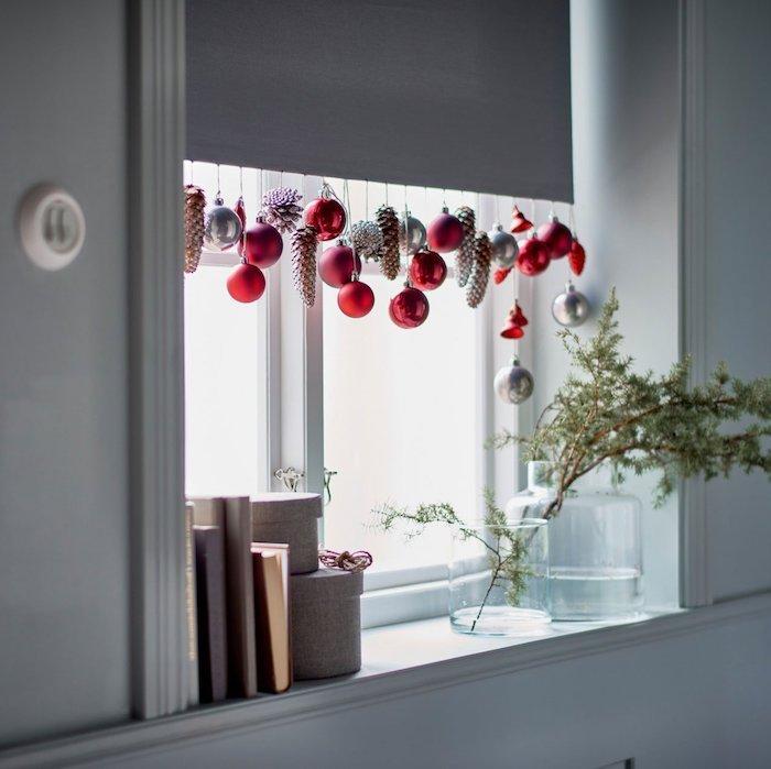 fensterdeko weihnachten basteln weißes interieur mit roten dekorationen weihnachtsbälle kugeln