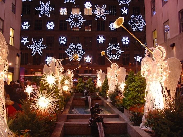 weihnachtsbeleuchtung fenster schneeflocken engel fensterdeko ideen sterne gebäude