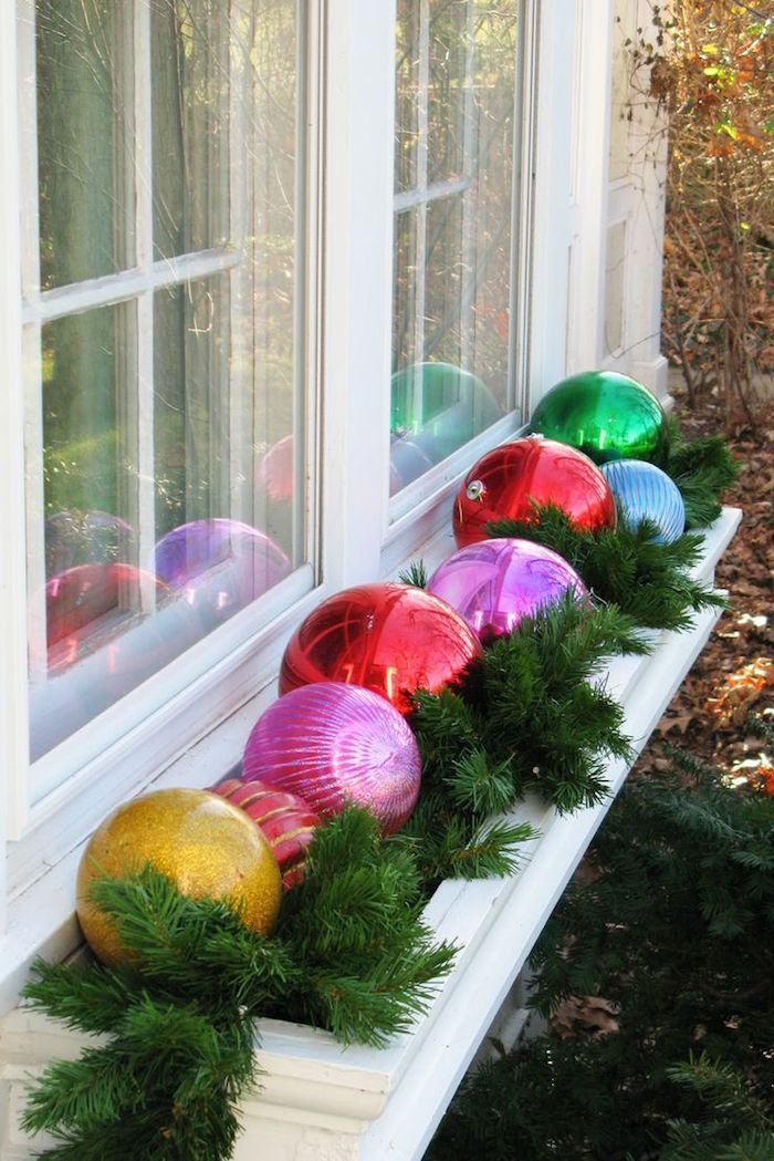 weihnachtsbeleuchtung fenster fensterdeko idee weihnachtskugel bunte kugel außenseite des fensters