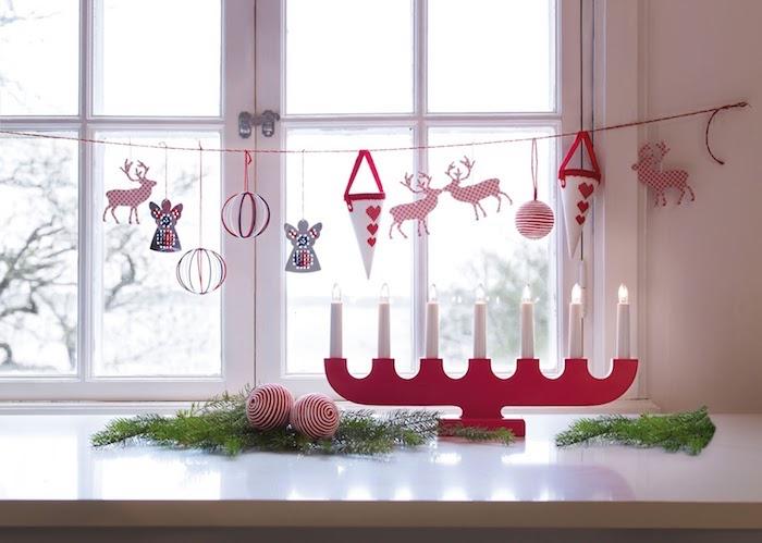 fenster beleuchtung viele kerze am fenster und hängende deko spielzeige schöne idee dezente deko