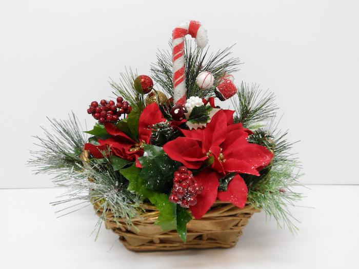 Adventsgesteck selber machen - Weihnachtskorb mit Weihnachtssternen und Süßigkeiten