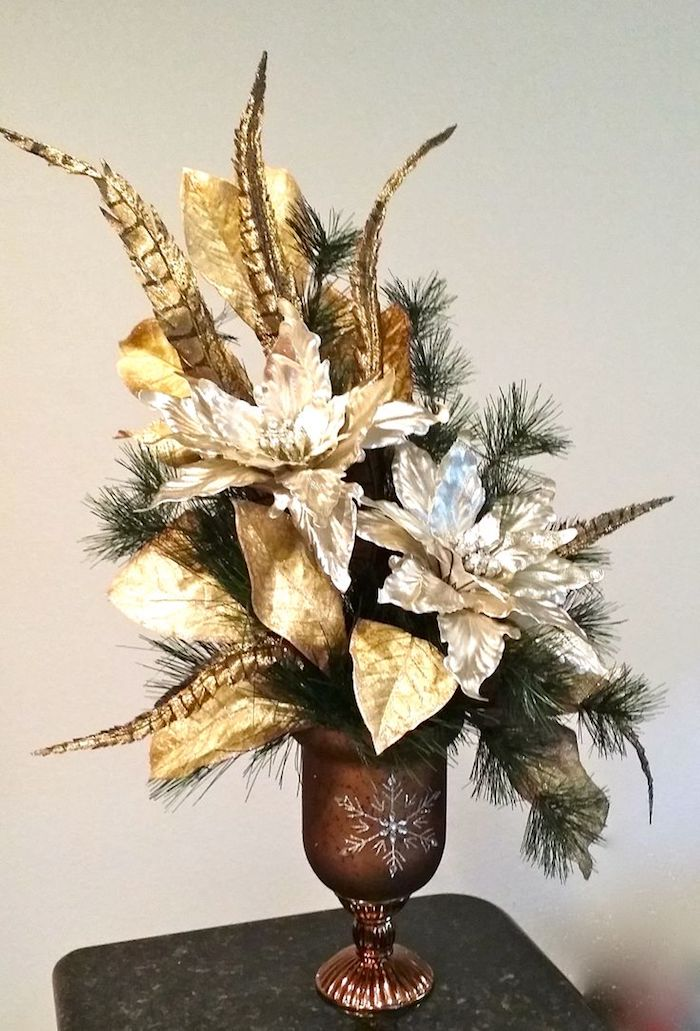 Adventsgesteck selber machen - goldene Blätter in einem Pokal mit Stern versehen