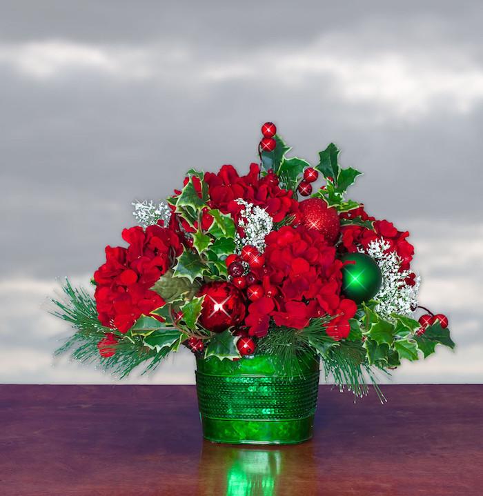 Weihnachtsgesteck in weihnachtlichen Farben - Rot, Grün und Weiß, Blumen und Weihnachtskugeln
